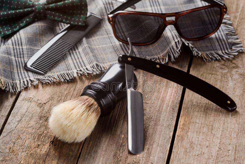 刷子、梳子和格子花呢披肩围巾 免版税图库摄影