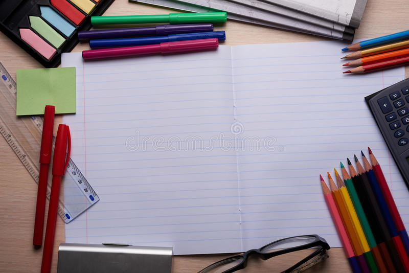 刷子、色的铅笔和其他工具 免版税库存照片