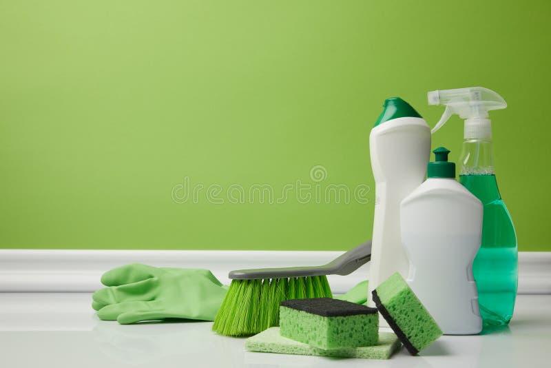 刷子和国内供应春季大扫除的 免版税库存图片