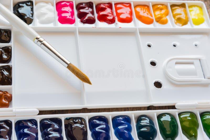 刷子和水彩调色板 免版税库存图片