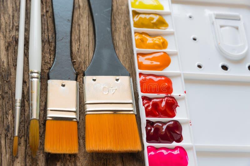 刷子和水彩调色板 免版税库存照片