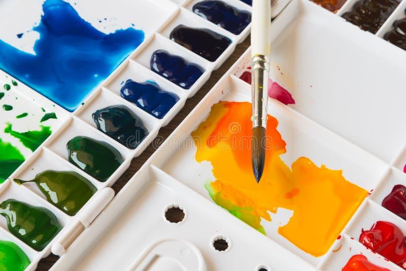刷子和水彩调色板 向量例证