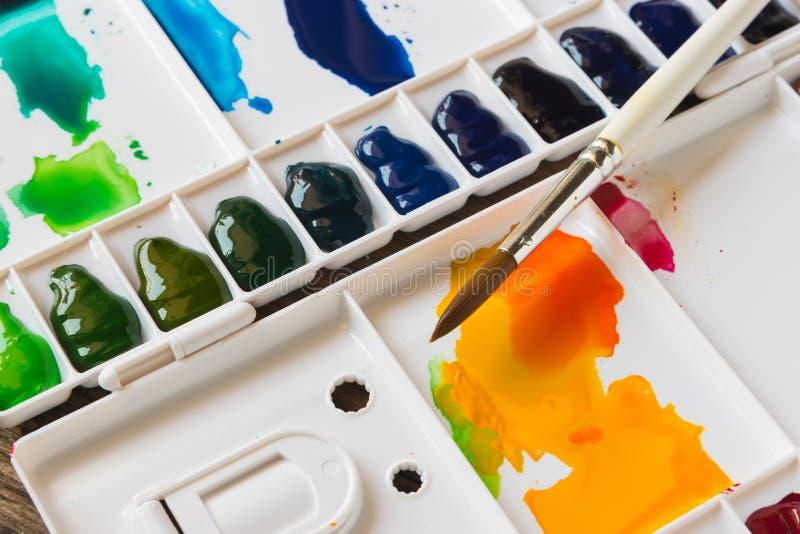 刷子和水彩调色板 免版税图库摄影