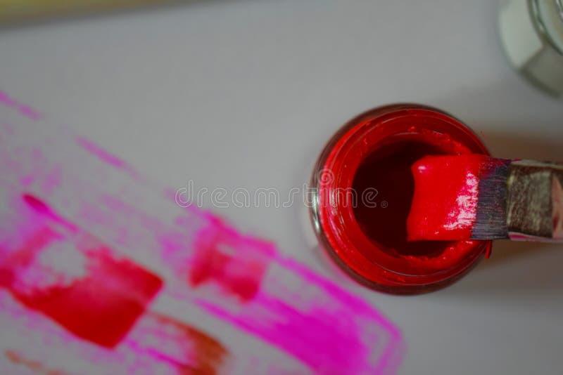 刷子在红色油漆浸洗了 库存图片