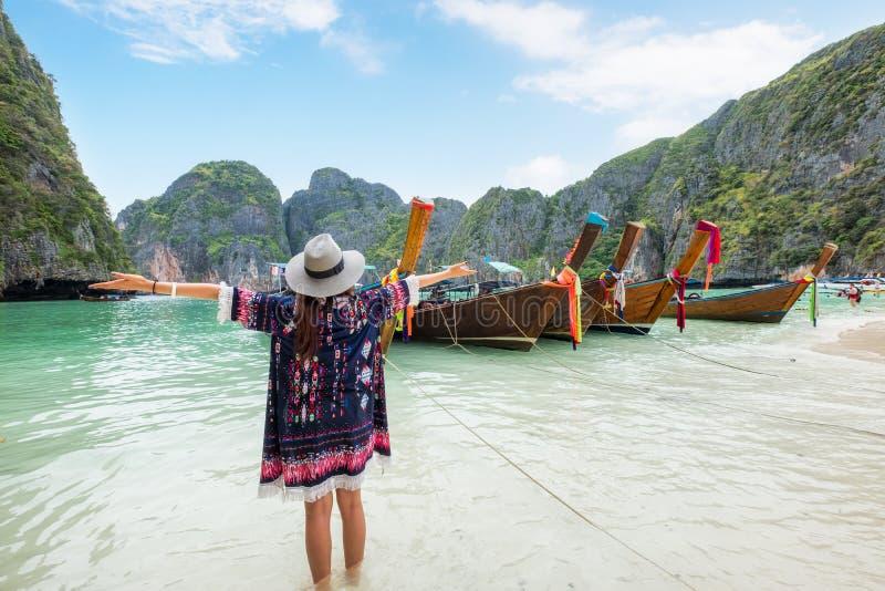 刷新与木长尾巴小船的女孩在玛雅人海湾 免版税库存照片