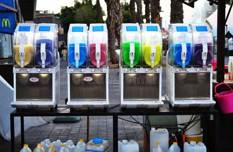 刷新冷的泥泞的冰饮料五颜六色的罐在提比里亚上,内盖夫加利利,以色列老城市市场  库存照片