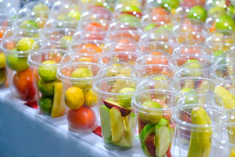 刷新的夏天喝圆滑的人用橙色黄瓜苹果计算机 库存照片