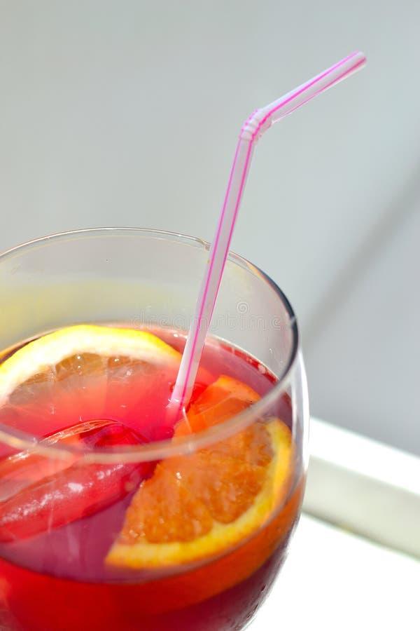 刷新的杯经典红色桑格里酒 免版税库存照片