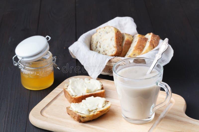 刷新的燕麦粥为健康吃喝并且节食概念,素食主义者吃 库存图片