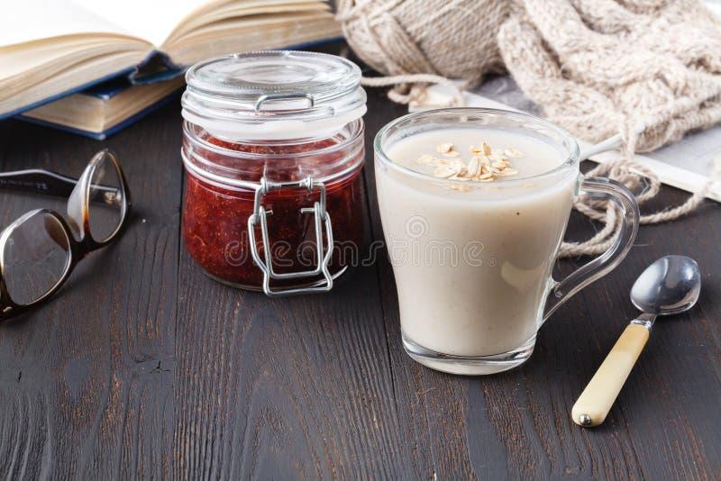 刷新的燕麦粥为健康吃喝并且节食概念,素食主义者吃 免版税库存照片