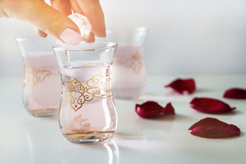 刷新的罗斯柠檬水,罗斯花,在白色backgroun的瓣 免版税库存照片