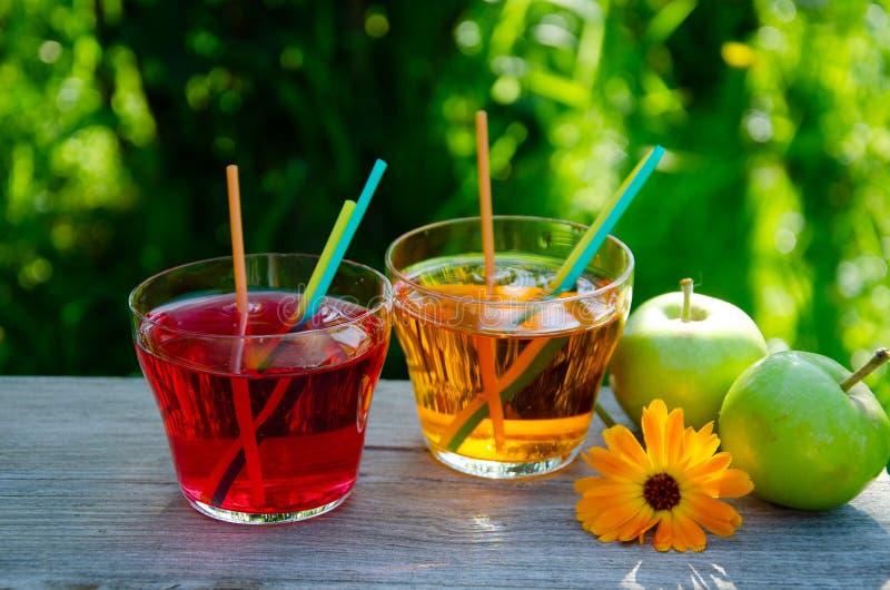 刷新的苹果计算机和樱桃汁液 免版税库存照片
