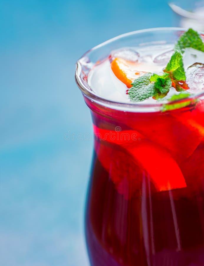 刷新的非酒精夏天戒毒所清洗的饮料 从果子橙色柑橘葡萄汁木槿品种的桑格里酒冰茶 库存图片