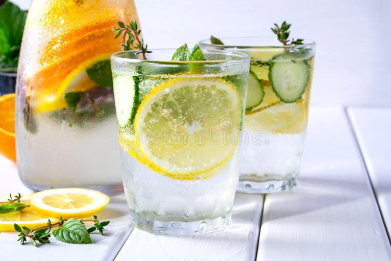 刷新的黄瓜鸡尾酒,柠檬水,在一块玻璃的戒毒所水在白色背景 免版税库存照片