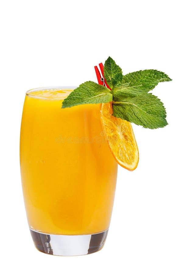 刷新的水果鸡尾酒 与芒果黏浆状物质的刷新的饮料,装饰用橙色切片和薄菏 免版税库存图片