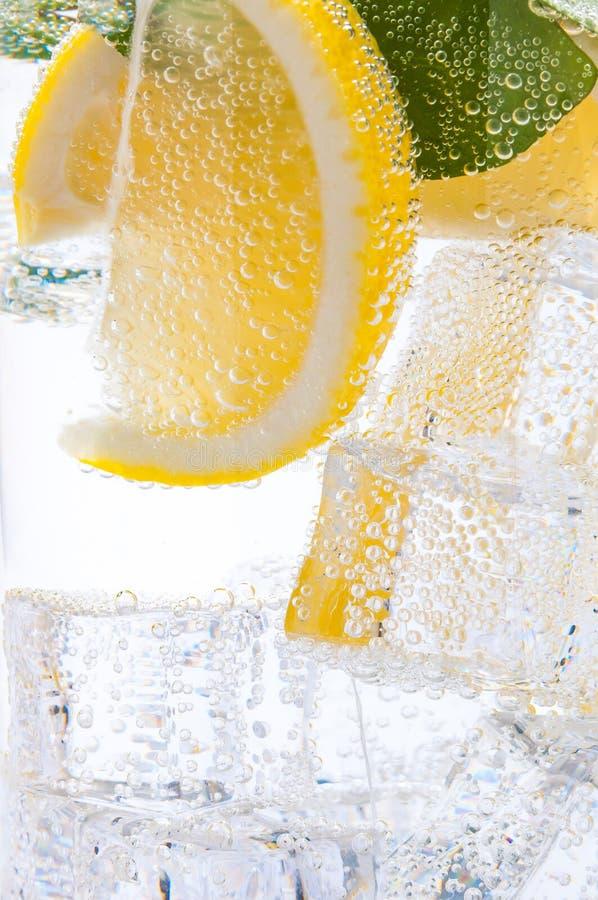 刷新,寒冷、鲜美,甜柠檬水与柠檬和冰块 免版税图库摄影