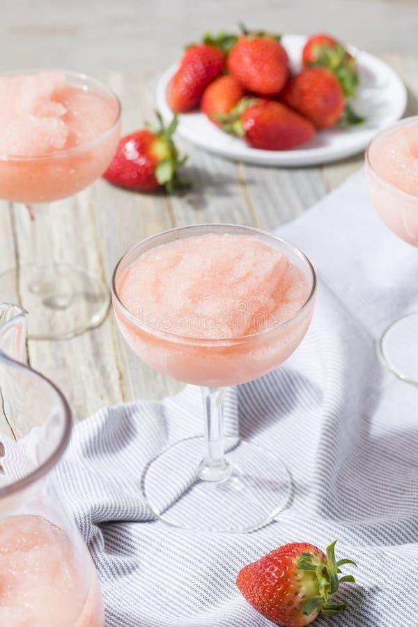 刷新结冰的Rosé酒鸡尾酒的寒冷 图库摄影