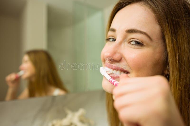 刷他们的牙的逗人喜爱的夫妇 库存图片