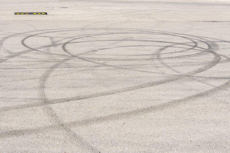 刹车的轮胎众多的踪影在沥青的 免版税库存照片