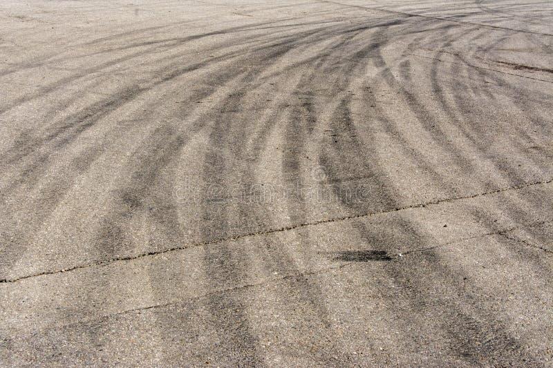 刹车的轮胎众多的踪影在沥青的 库存照片