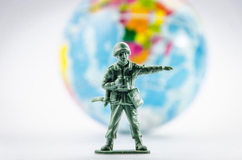 刺杀微型塑料战士玩具 库存图片