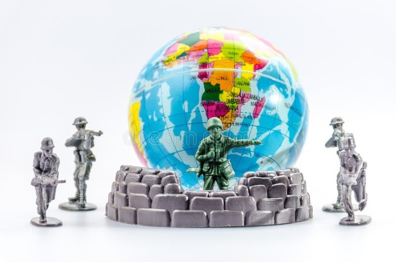 刺杀微型塑料战士玩具 免版税图库摄影