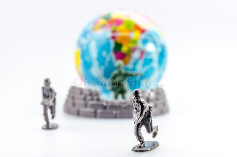 刺杀微型塑料战士玩具 免版税库存图片
