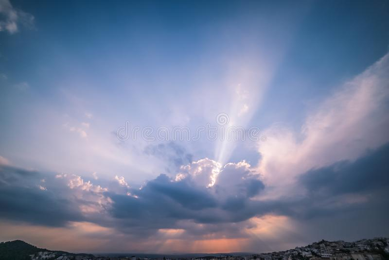 刺穿通过在希腊S的云彩的天堂般的光线 库存照片