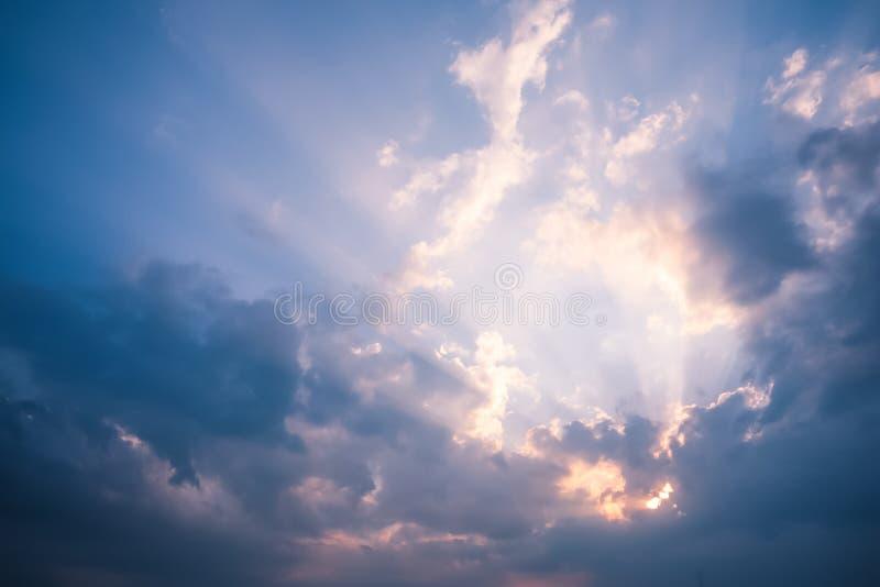 刺穿通过在希腊S的云彩的天堂般的光线 库存图片