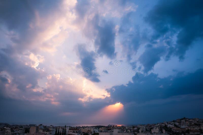 刺穿通过在希腊S的云彩的天堂般的光线 免版税库存照片