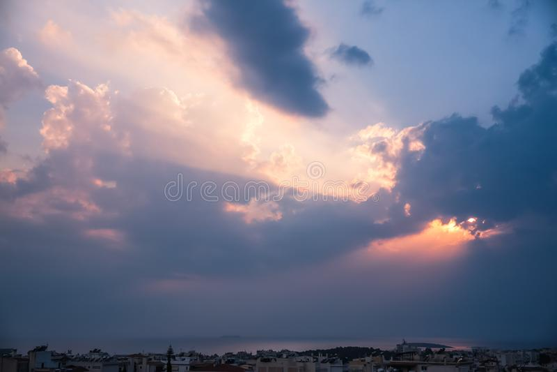 刺穿通过在希腊S的云彩的天堂般的光线 免版税库存图片
