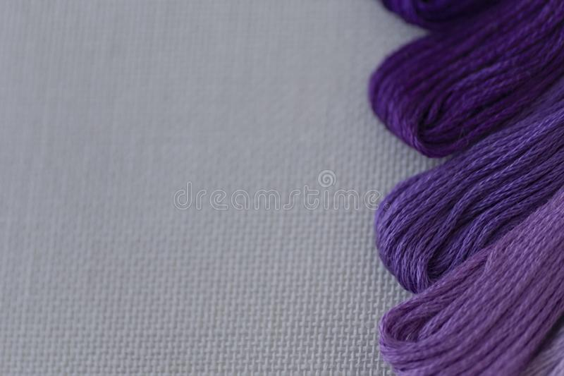 刺绣的多彩多姿的螺纹在轻的帆布 E 库存图片