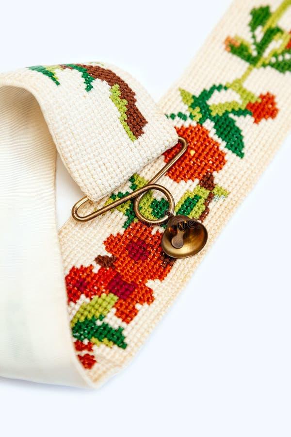 刺绣葡萄酒荷兰被绣的针老红色绿色针线响铃少许伪造了木桶匠铜黄铜十字架 库存图片