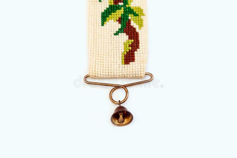 刺绣葡萄酒荷兰被绣的针老红色绿色针线响铃少许伪造了木桶匠铜黄铜十字架 库存照片
