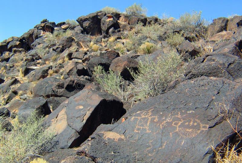 刻在岩石上的文字国家历史文物在新墨西哥 免版税库存照片