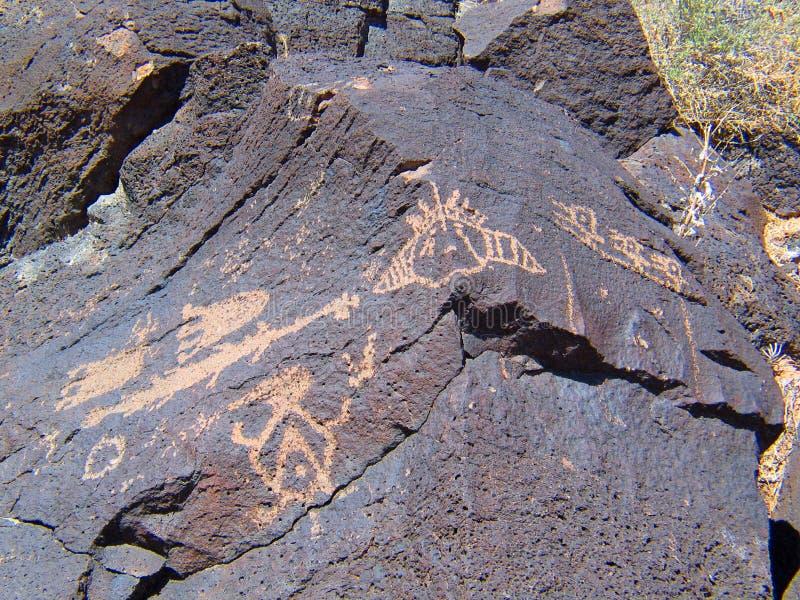 刻在岩石上的文字国家历史文物在新墨西哥 免版税图库摄影