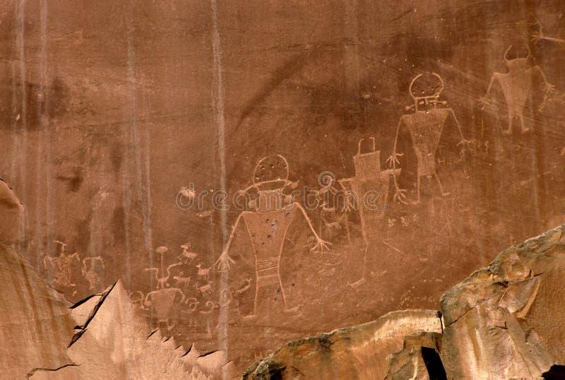 刻在岩石上的文字 皇族释放例证