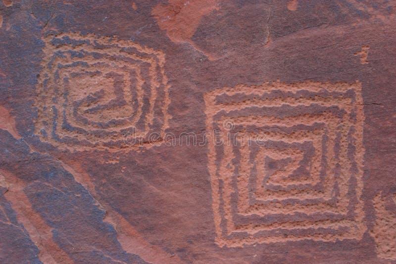 刻在岩石上的文字v 库存照片
