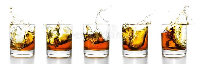 刻痕玻璃用飞溅从他们的威士忌酒 免版税库存图片