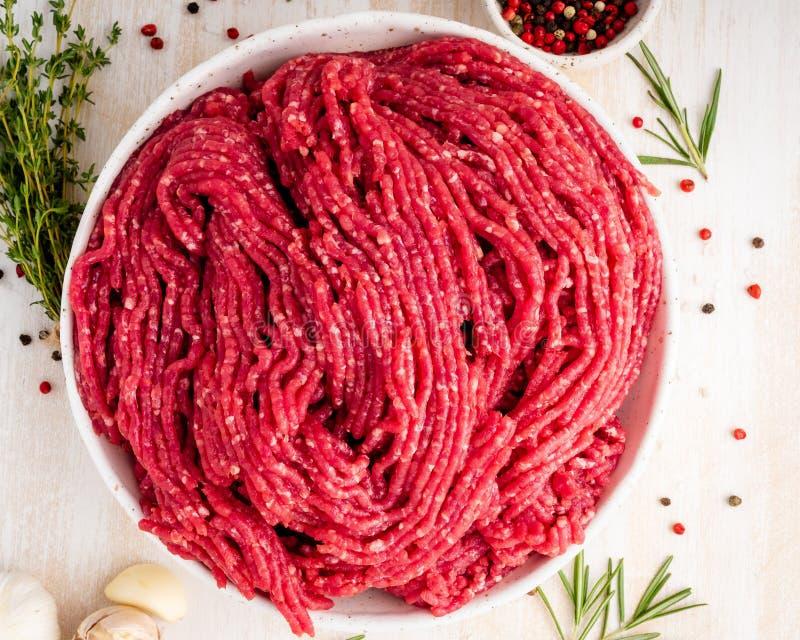 剁碎牛肉,与成份的绞肉烹调的在白色wo 免版税库存图片