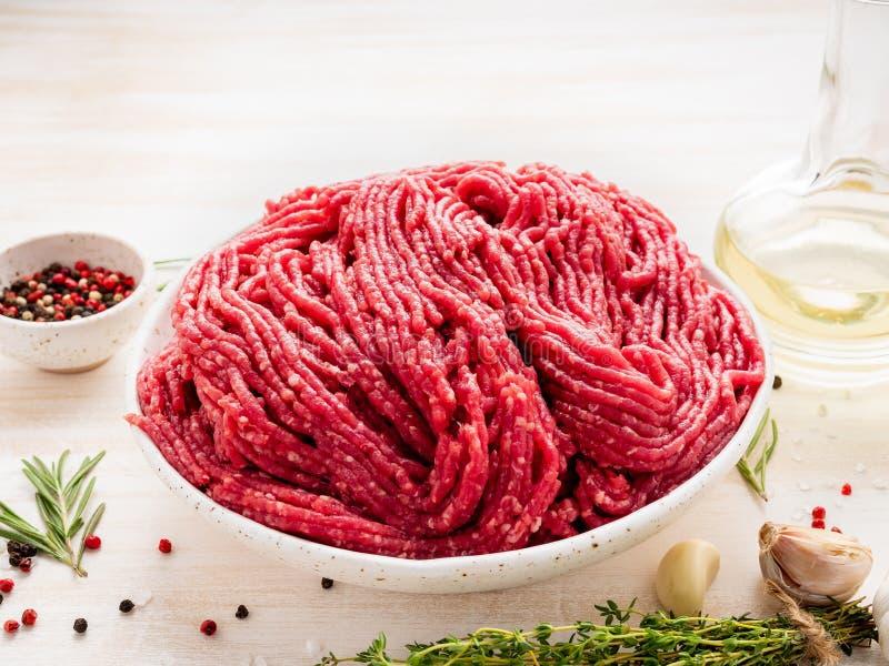 剁碎牛肉,与成份的绞肉烹调的在白色wo 库存图片