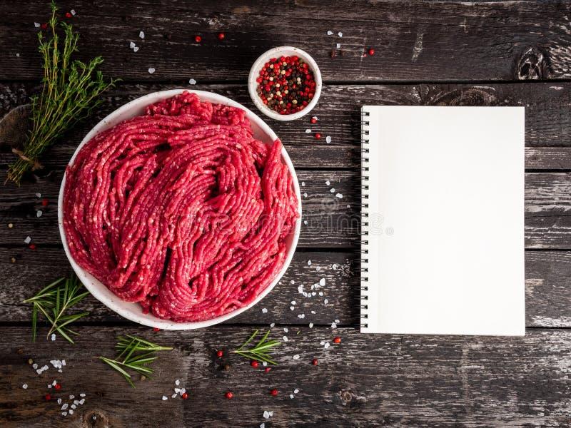 剁碎牛肉,与成份的绞肉烹调的在老灰色 免版税库存图片