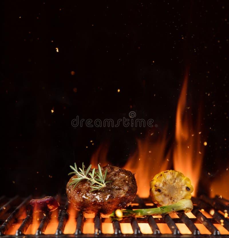 剁碎的膳食片断在gril和菜的安置的汉堡包 库存照片