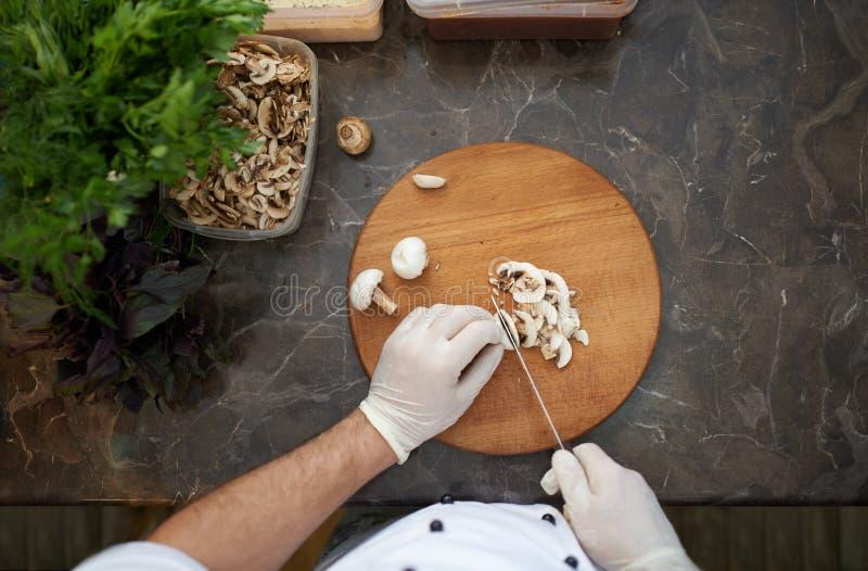 剁蘑菇在船上 免版税库存照片