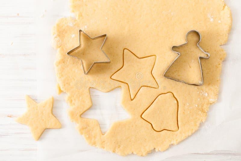 削减从面团的曲奇饼形状在白色桌上 与拷贝空间的看法 免版税图库摄影