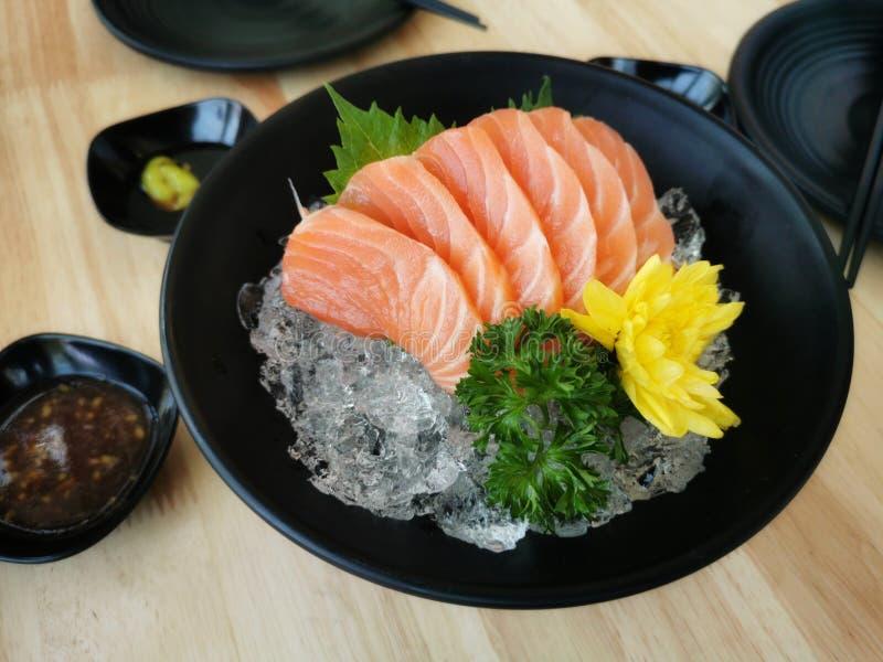 削减在日本料理样式的三文鱼生鱼片新和未加工的片断 库存图片