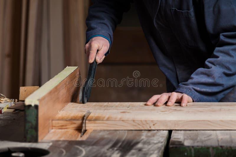 削减有表的木匠的手木委员会看见了 库存照片
