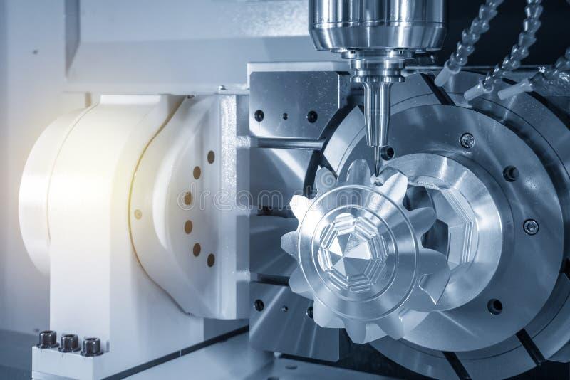 削减铝齿轮零件的5轴CNC铣床 图库摄影