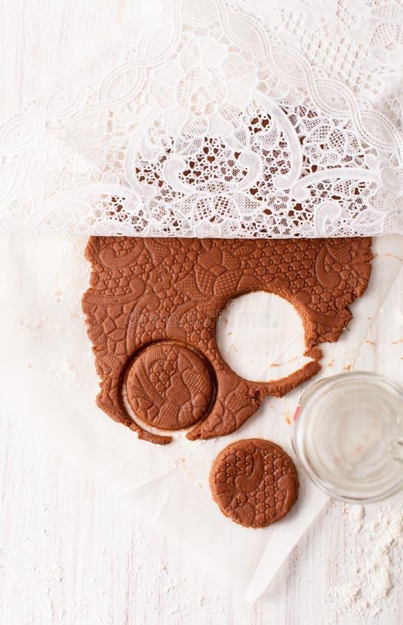 削减饼干形状在白色桌上的巧克力面团外面 与拷贝空间的看法 免版税图库摄影