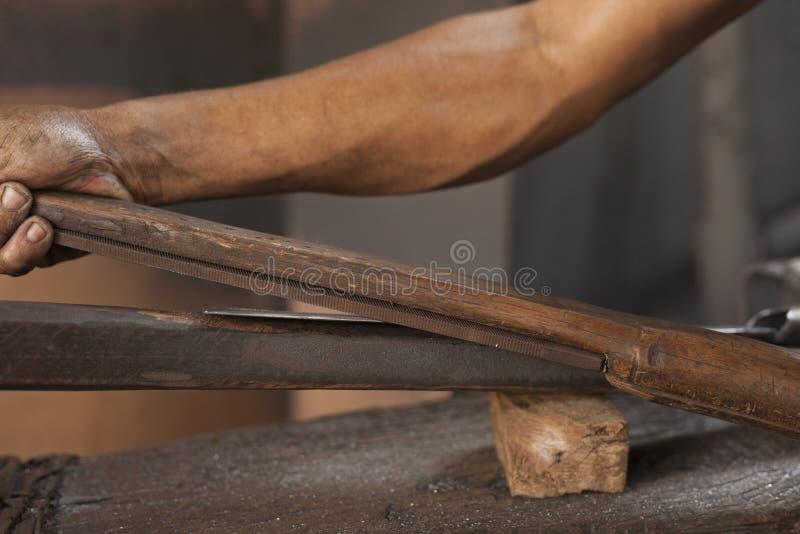 削尖刀片的铁匠 免版税库存照片